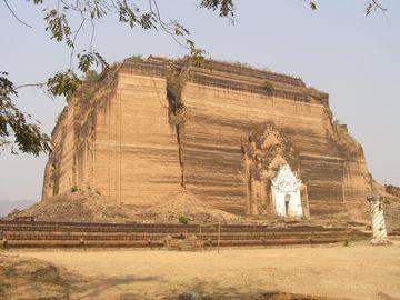 Nedostavěná pagoda v Mingun