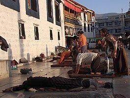 Modlící se poutníci v chrámu Džokhang