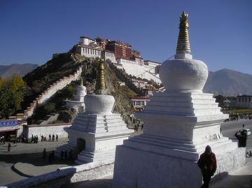 Palác Potála se stúpami v popředí, Lhasa