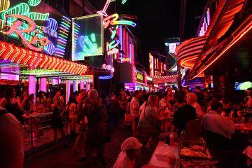 Noční ulice Bangkoku