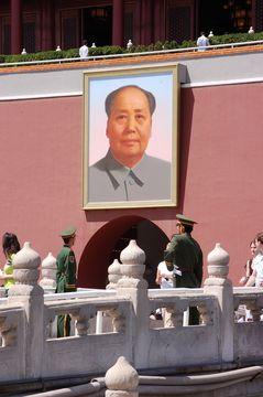 Brána Tiananmen s portrétem předsedy Maa