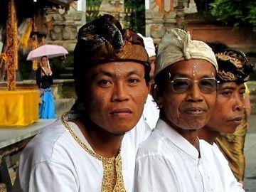 Místní muži v chrámu posvátného pramene, Bali