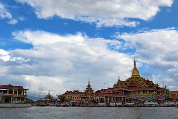 Budhistický chrám na jezeře Inle