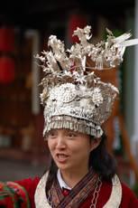 Lijiang – místní dívka v kroji