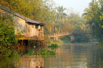 Dům na kůlech u vodního kanálu