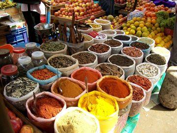 Široká nabídka koření na trhu