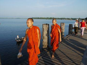 Mniši na mostě U bein v Amarapuře