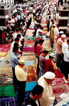 Odpolední modlitba v mešitě Masjid Jamek v Kuala Lumpur