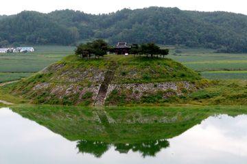 Před konfuciánskou akademií Tosan Sowon