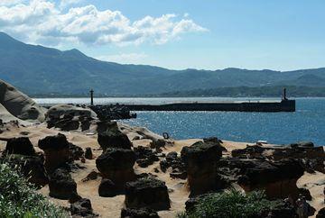 Přírodními živly formované pískovcové pobřeží - Yeliu - severní část ostrova