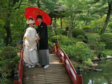 Novomanželé se fotí v tradiční zahradě