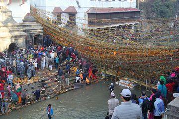 Probíhající pohřební obřad v Pašupatináthu