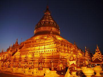 Pagan - večerní pagoda Shwezigon