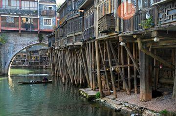 Tradiční fenghuangské domy na kůlech