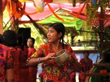 Barmská dívka s nádobou na vodu při oslavách svátku thingyan