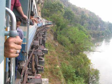Vlakem podél řeky Kwai