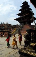 Bhaktapur - nejvyšší pagoda v Nepálu pětipatrová Njatapóla stojí nepoškozena