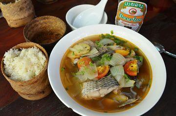Laoská rybí polévka s lepivou rýží