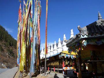 NP Jiuzhaigou – tibetské stúpy s praporky