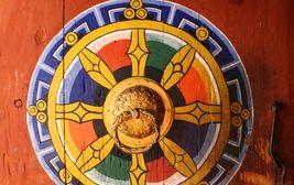 Dveře zdobené mandalou