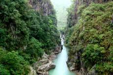 Tropická vegetace v kaňonu řeky Magdapio