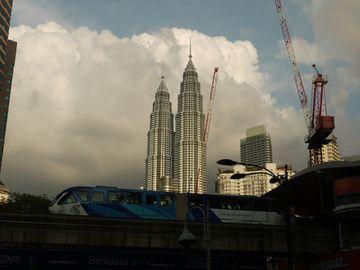 Moderní Kuala Lumpur – Petronas Twin Towers a monorail