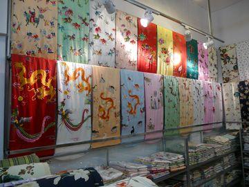 Výběr hedvábných látek v manufaktuře v Suzhou