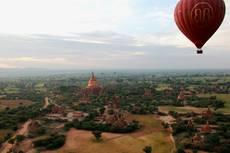 Pohled z balonu na chrámy Paganu