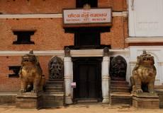 Bhaktapur - náměstí Darbar je částečně poškozeno, ale uklizené a přístupné