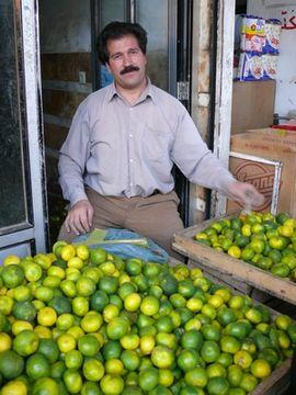 Prodavač citronů na trhu