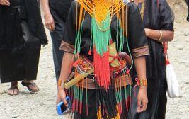 Toradžská dívka ve slavnostním kroji, Sulawesi