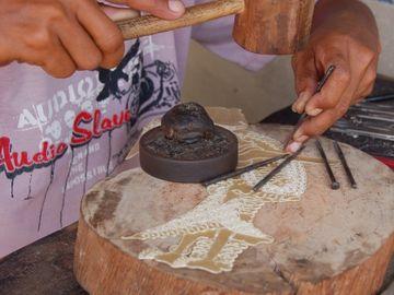 Výroba indonéských loutek