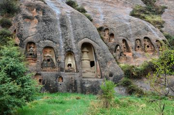 Skalní stúpy v buddhistickém areálu Koňské podkovy