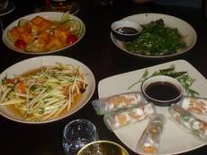 Zátiší s dobrotami – jarní závitky, salát a smažené kuřecí kousky