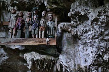 Tautau v jeskynním hrobě Tampang Allo