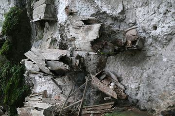 Zbytky rakví na útesech ve vesnici Ke'te Kesu'