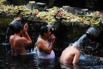 Hinduistický očistný rituál v chrámu Posvátného pramene, Bali