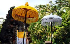 Slunečníky, symboly majestátu. Bali
