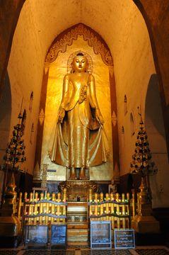 Zlatý Buddha v chrámu Ananda, Pagan