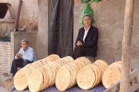 Xinjiang - prodavač chleba v Kašgaru