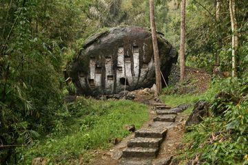 Pohřebiště ve velkém balvanu za vesnicí Bori