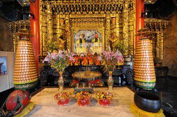 Konfuciánský oltář s obětinami
