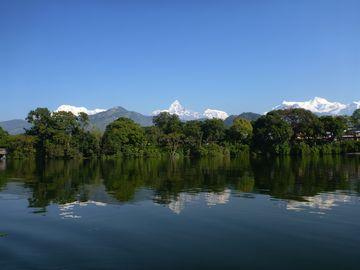 Mačhapučhre a Annapúrny nad jezerem Phéva v Pókhaře