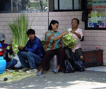 Pouliční výroba košíčků ketupat