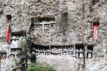 Pohřebiště ve skále ve vesnici Suaya