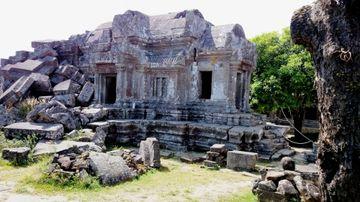 Polorozbořená stavba v areálu Preah Vihear