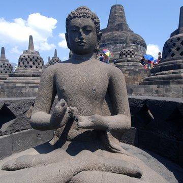 Budha na vrcholu chrámu Borobudur